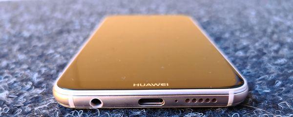 Pohjasta P20 Litestä löytyvät USB-C- ja 3,5 mm -liitännät.