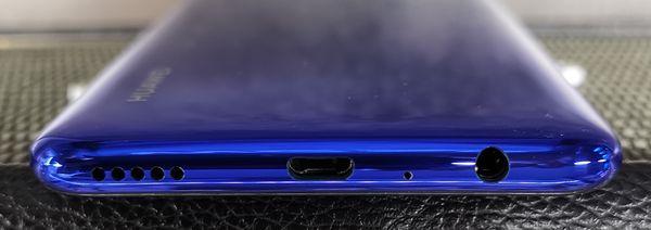 P Smart 2019:ssä on myös erillinen 3,5 millimetrin kuulokeliitäntä. Latausliitäntä on valitettavasti vanhaa Micro-USB-mallia.