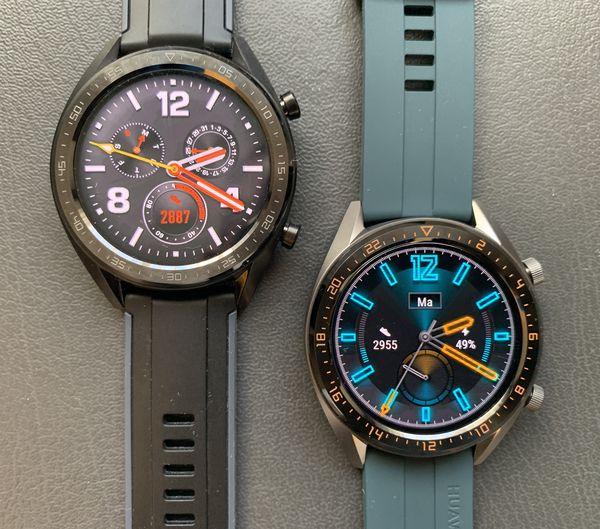 Vasemmalla alkuperäinen Huawei Watch GT, oikealla vihreällä fluoroelastomeerirannekkeella Huawei Watch GT:n uusi Active-versio. Huomaa kellon kehyksessä merkinnät 24 tunnin kellolle.