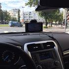 Henkilöautossa iso näyttö peittää ikävästi näkymää