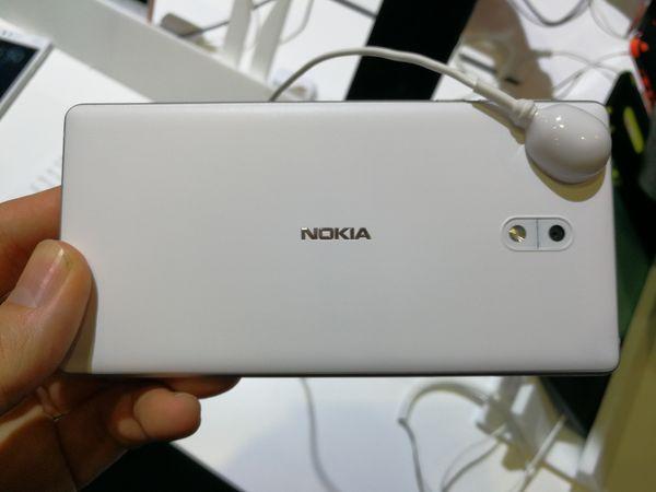 Nokia 3:n takapinta on polykarbonaattia, mutta runko ja sivut alumiinia. Myös edullisimman Nokia-älypuhelimen laatutuntuma on hyvä.