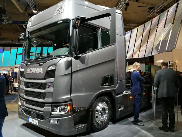 Ericssonin osastolla parkissa on myös Scania-kuormuri.