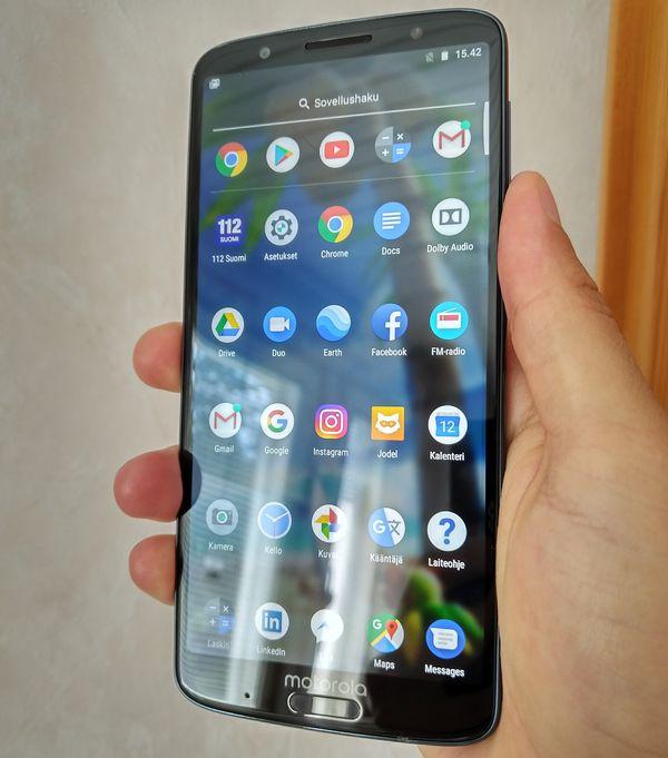 Moto G6 Plus on sen verran kookas, että sen yhdellä kädellä käyttäminen on toisinaan haasteellista.