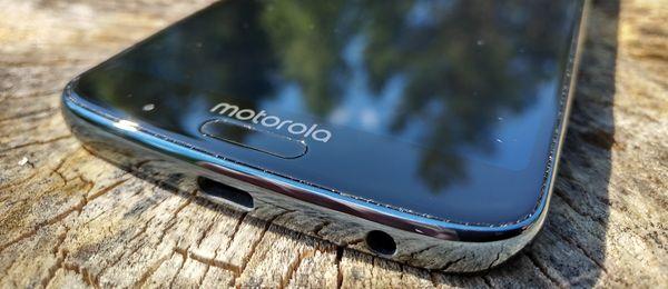 Sormenjälkilukija löytyy näytön alapuolelta Motorolan logon ohella.