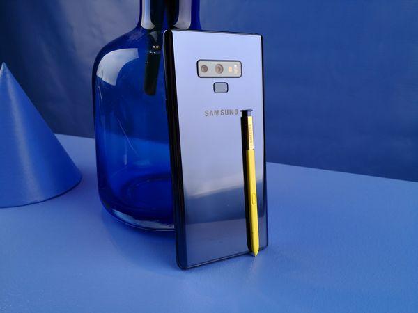 Uuden Galaxy Note9:n kärkiväri on sininen, joka yhdistyy keltaisen S Pen -kynän kanssa.