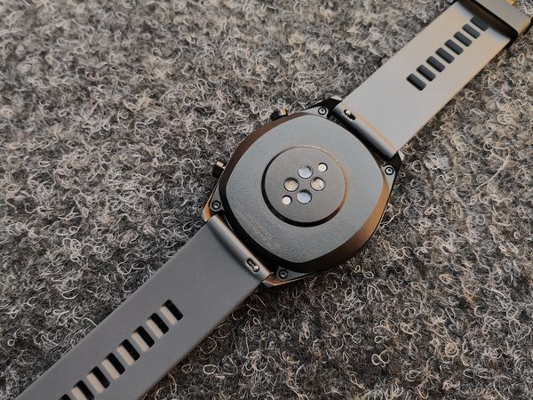 Huawei Watch GT:n ranneke on haluttaessa vaihdettavissa. Rakenne on laadukkaan tuntuinen.