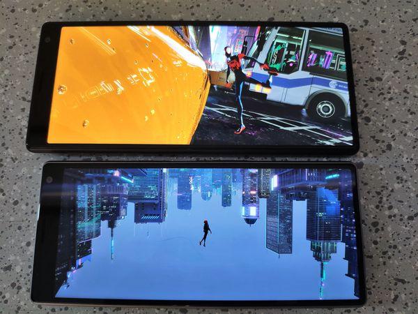 Sonyn mukaan 21:9-kuvasuhde tarjoaa paremman elokuvakokemuksen. Kuvassa keskiluokan Xperia 10 -älypuhelinuutuudet samalla 21:9-kuvasuhteella.