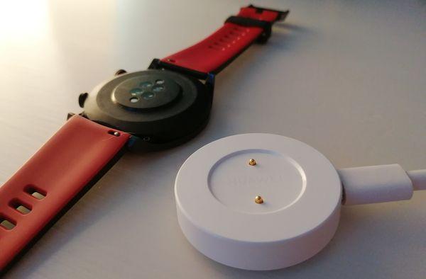 Honor Watch Magicin mukana toimitetaan helppokäyttöinen latausalusta kaapeleineen.