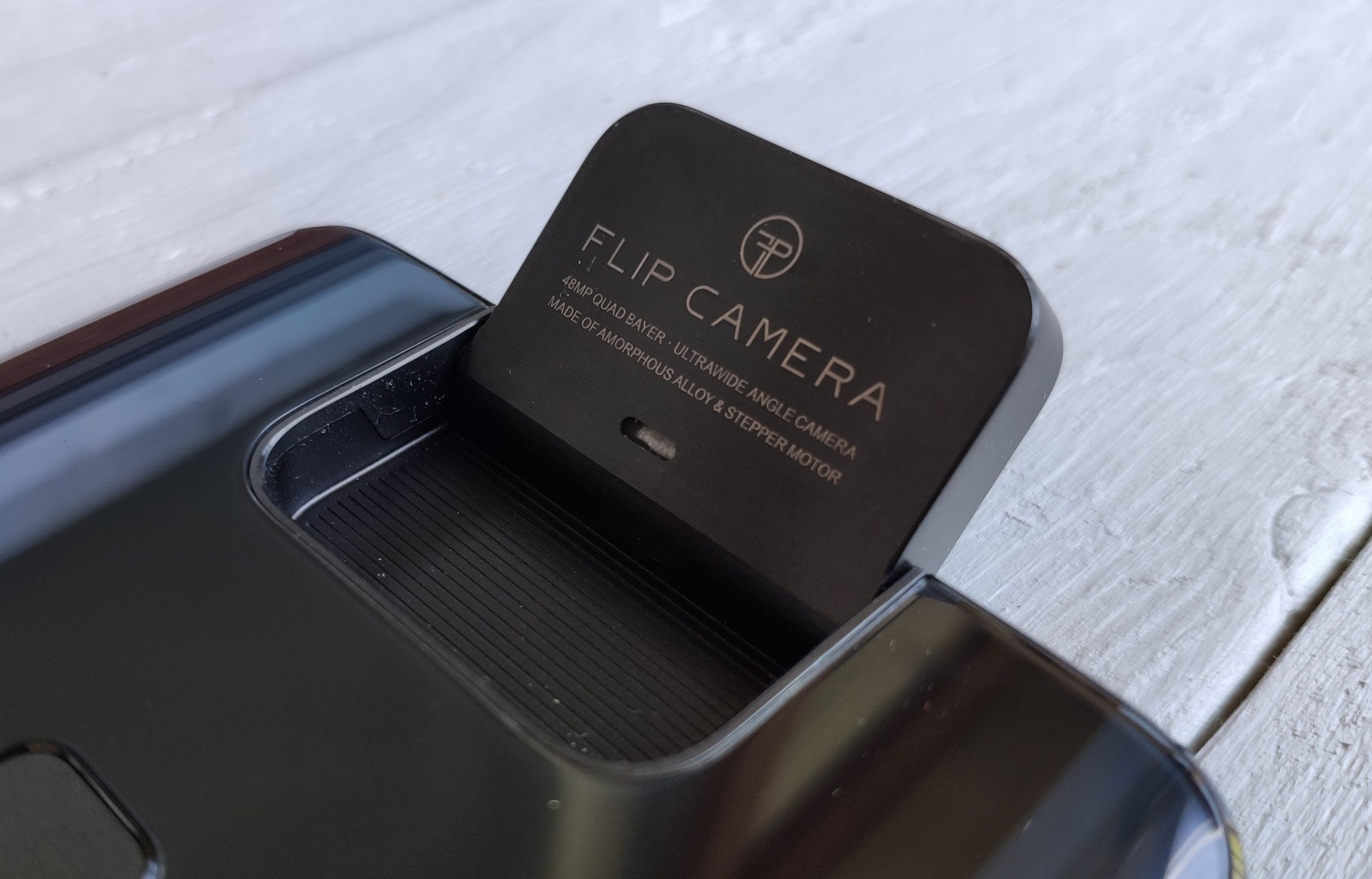 Kameran voi manuaalisesti säätää mihin kulmaan hyvänsä.