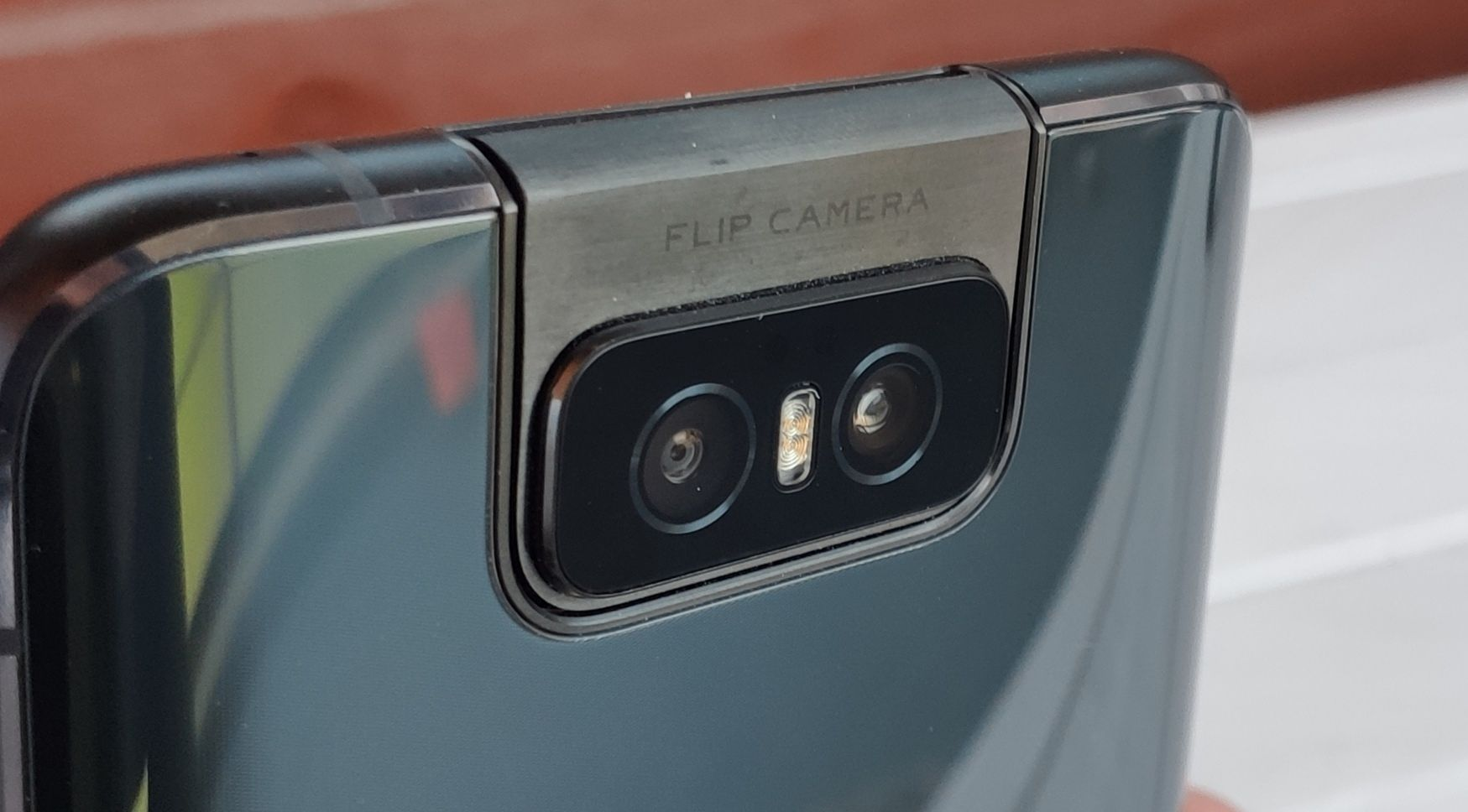 Takaa katsottuna kamerakokoonpano näyttää jokseenkin tavalliselta.