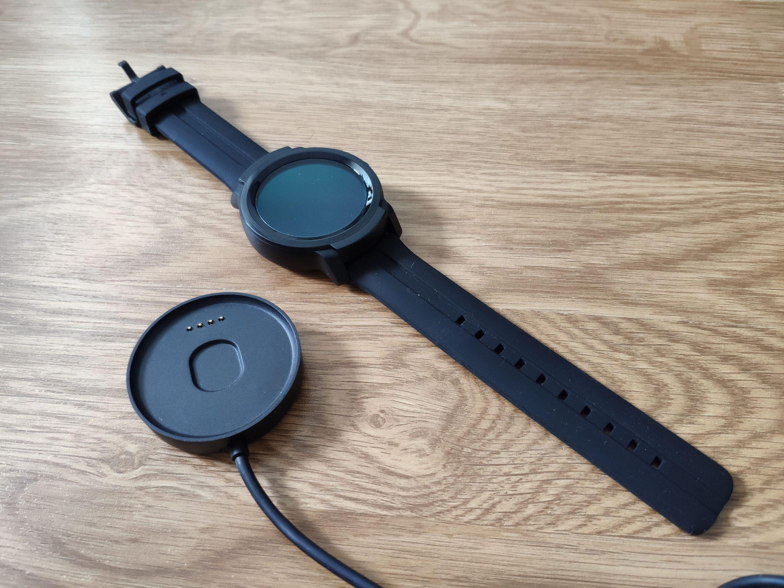 TicWatch E2:n latausalusta on erinomainen. Kello itsessään on pelkistetty.