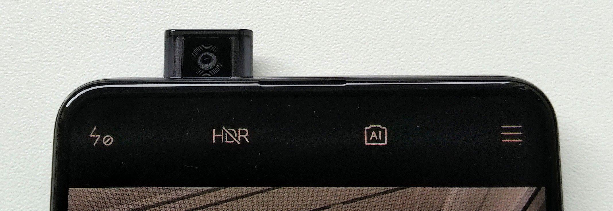 Etukamera nousee tarvittaessa esiin puhelimen ylälaidasta.