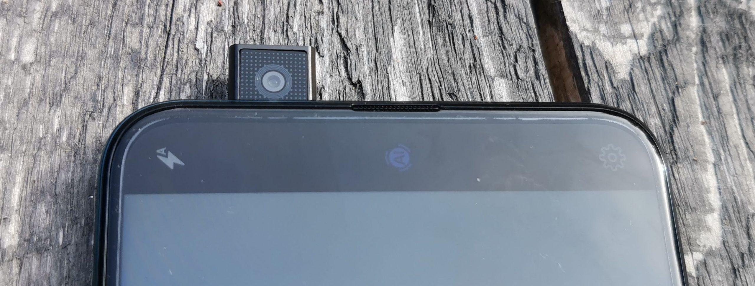 Etukamera ilmestyy tarvittaessa P Smart Z:n yläosasta.