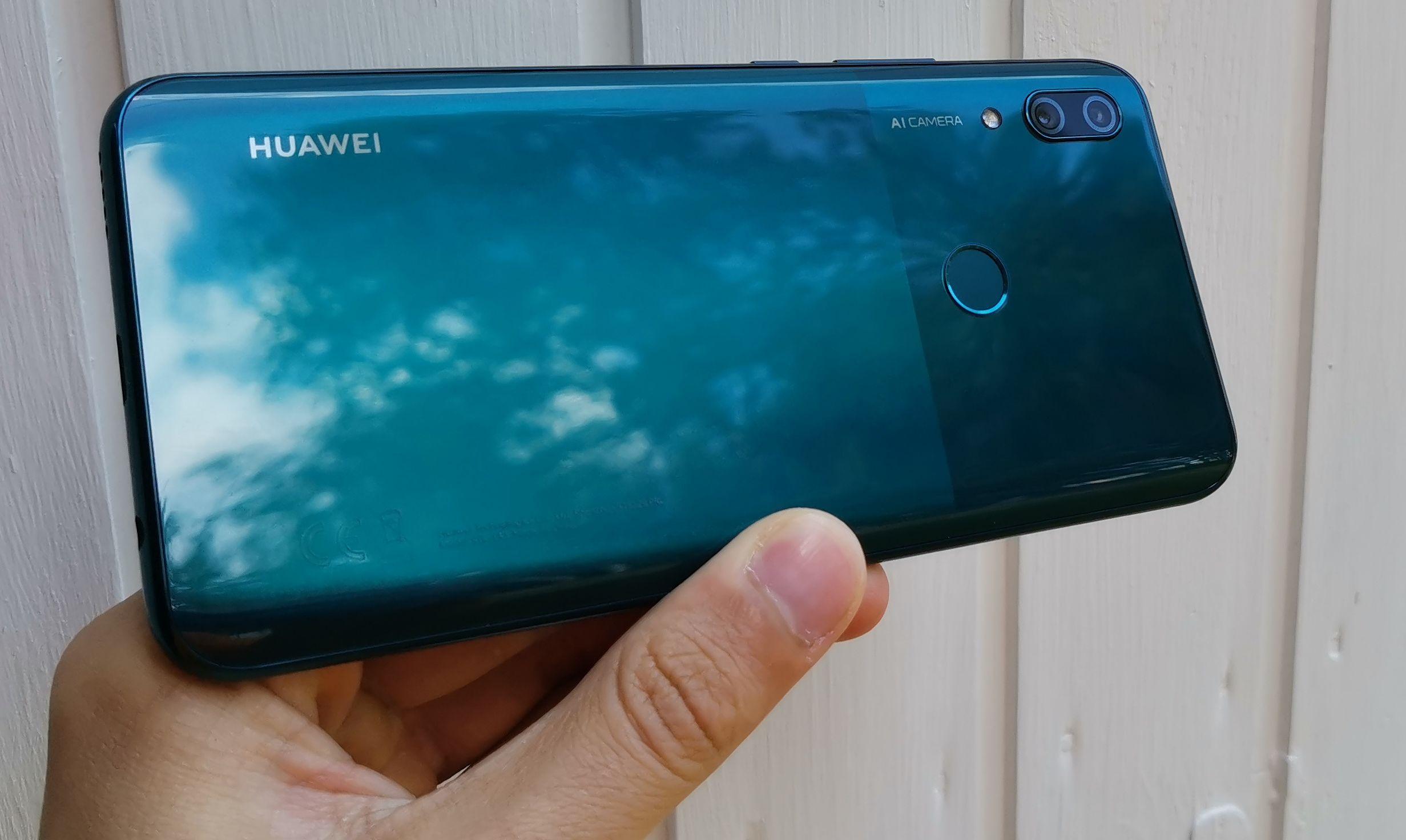 Huawei P Smart Z:n takaosassa on kaksi erisävyistä osiota.