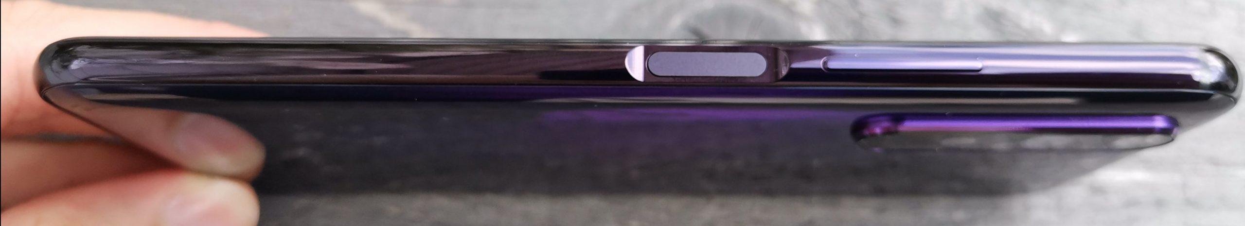Honor 20 Pron sormenjälkilukija on oikealla reunalla äänenvoimakkuuspainikkeen ohella.