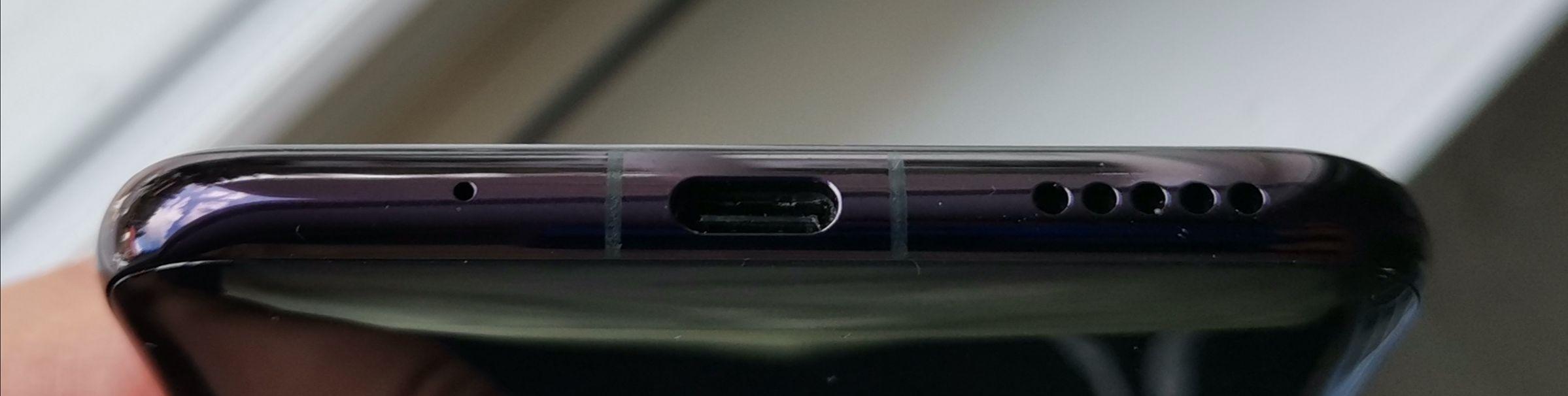 Alhaalla on mikrofoni, USB-C-liitäntä ja ainut kaiutin.