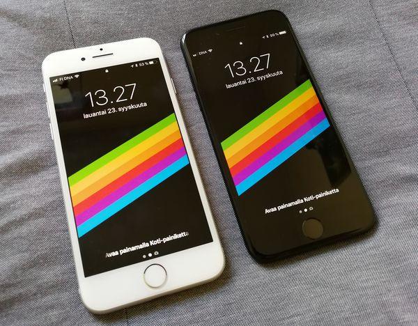Vasemmalla uusi iPhone 8, oikealla viime vuoden iPhone 7. Etupuolella ei muutoksia ole tapahtunut.