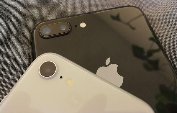 Kamerat on uudistettu. Plussassa niitä on edelleen takana kaksi, iPhone 8:ssa vain yksi.