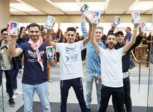 iPhone X:n ostajia Sydneyn Apple Storessa julkaisupäivänä.