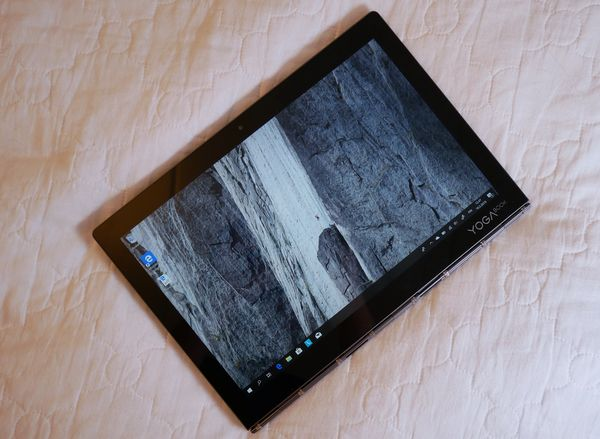 Yoga Book C930 soveltuu kohtuullisesti myös tabletiksi.