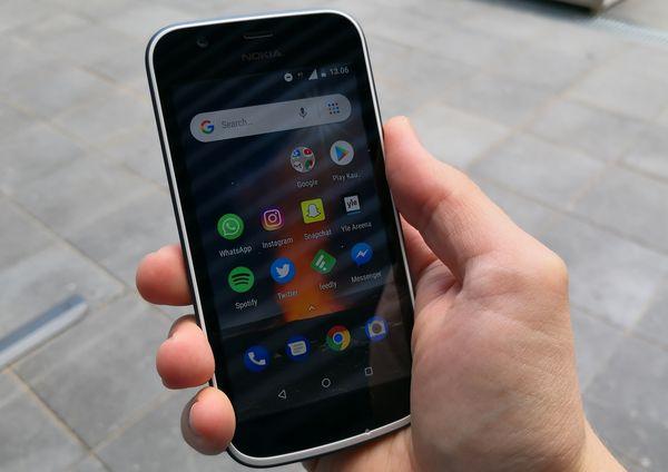 Nokia 1:ssä on leveät reunukset näytön ympärillä. Näytön luettavuus auringonvalossa voisi olla parempi.