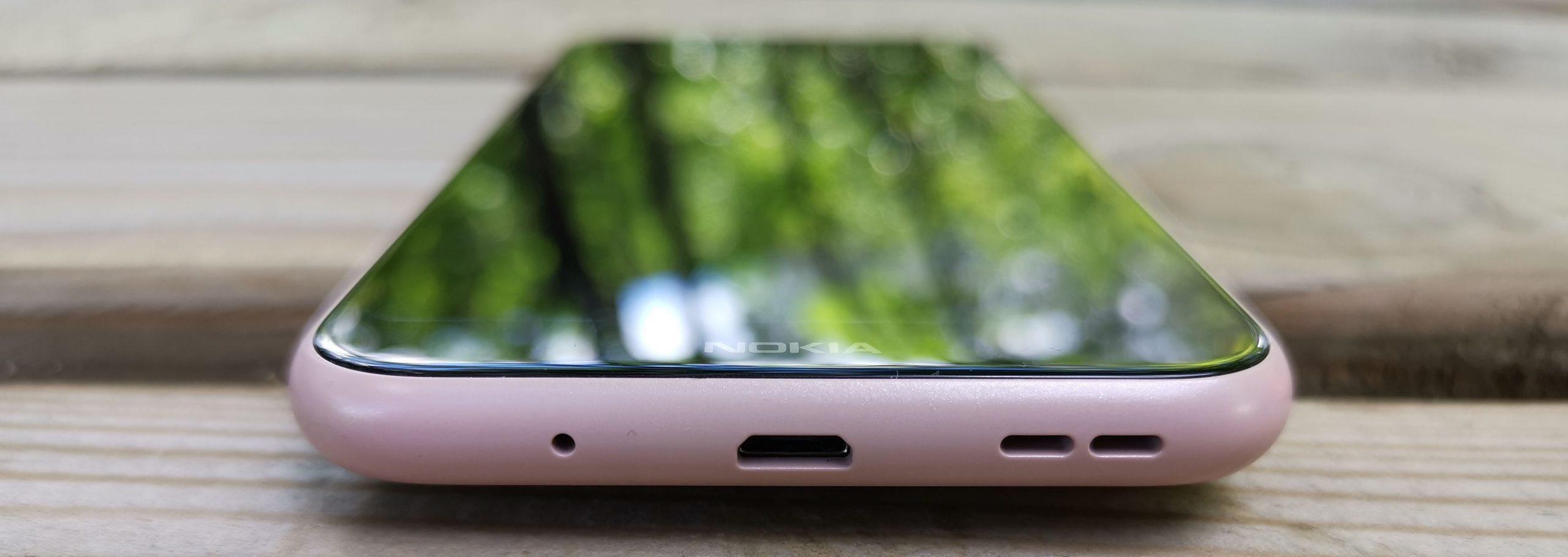 Nokia 4.2:n pohjassa on Micro-USB-liitännän ohella mikforoni- ja kaiutinaukot. 3,5 millimetrin kuulokeliitäntä löytyy puhelimen yläpäästä.