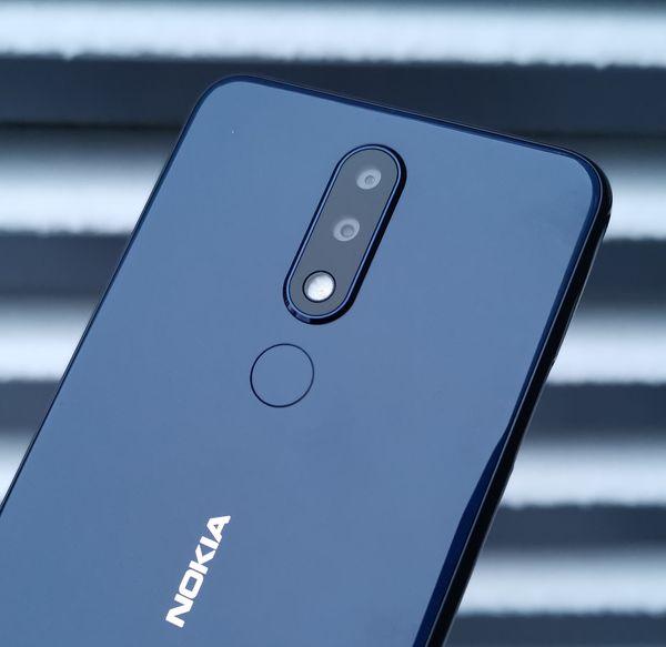 Takana Nokia 5.1 Plus sisältää 13 ja 5 megapikselin kamerat. Sormenjälkilukija toimii hyvin, varmasti ja nopeasti.