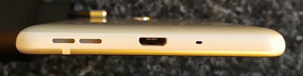 Pohjasta löytyy myös Nokia 5:ssä Micro-USB-liitäntä. 3,5 millimetrin kuulokeliitäntä löytyy puhelimen yläpäästä.