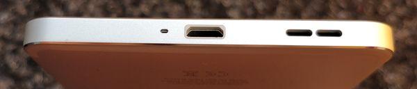 Pohjasta Nokia 6:sta löytyy toinen kaiuttimista sekä Micro-USB-liitäntä.