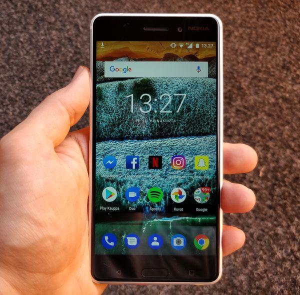 Kulmikkuus tekee Nokia 6:sta kädessä suuren tuntuisen. Näyttö on perushyvä.