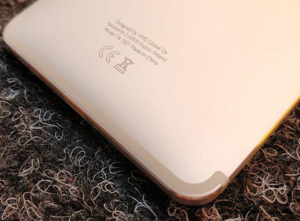 Antennijuovat kiertävät näkyvästi lähellä reunoja Nokia 6:ssa.