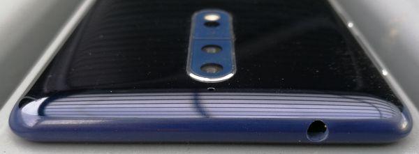 Nokia 8:n yläpäässä on 3,5 millimetrin kuulokeliitäntä.