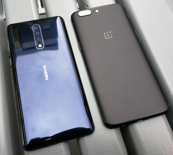 Nokia 8 vs. yksi kovimmista kilpailijoista, OnePlus 5. Molemmat ovat alumiinikuorisia, vaikka kiiltäväpintainen Nokia 8 näyttää jopa lasiselta.
