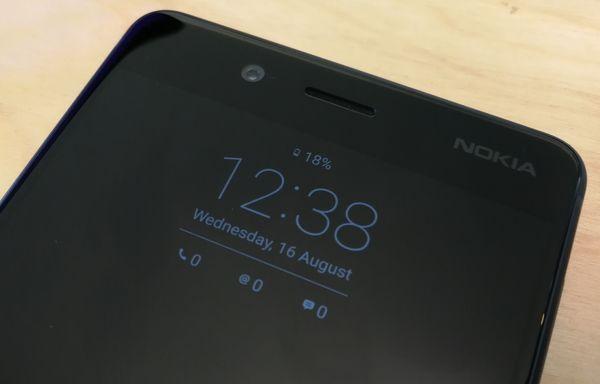 Nokia 8:sta löytyy kätevä Glance-näyttö, joka esittää valmiustilassa näytöllä muutamia perustietoja.