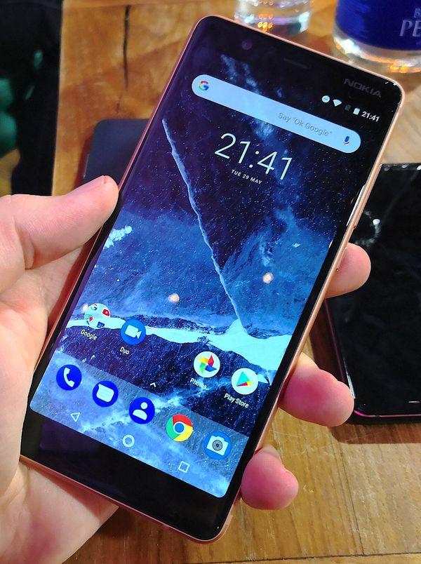 Sekä Nokia 3.1 että kuvan Nokia 5.1 istuvat hyvin käteen. Tässä auttaa mittojen hienoinen kapeneminen.