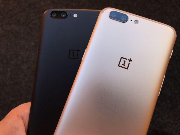 OnePlus 5 kultaisena ja mustana värivaihtoehtona.