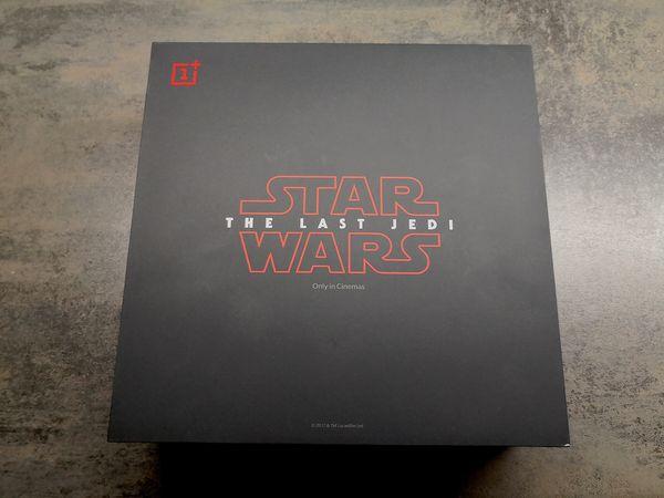 Star Wars Limited Edition -versio OnePlus 5T:stä toimitetaan neliön muotoisessa kookkaassa pakkauksessa.