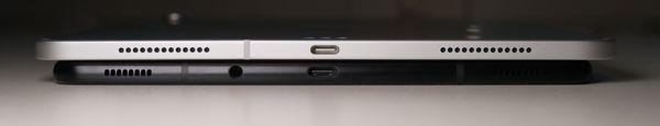 USB-C-portin lisäksi Galaxy Tab S4:ssä on kuulokeliitin, jota ei iPad Prossa ole.