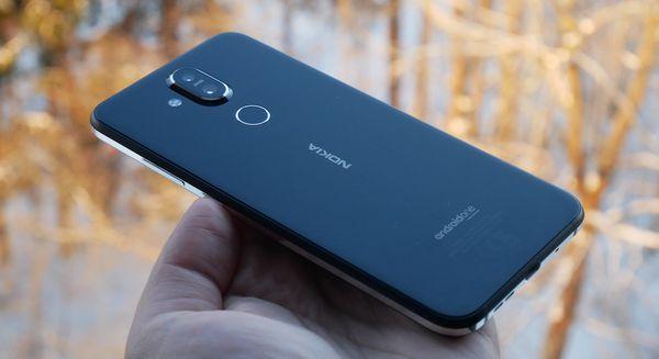 Nokia 8.1:n sormenjälkilukija sijaitsee kaksoistakakameran alapuolella.