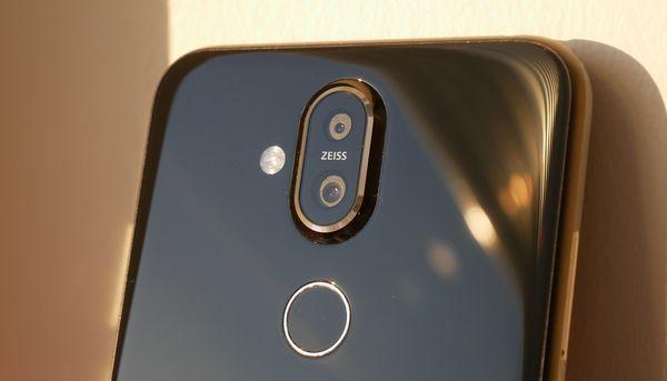 Nokia 8.1:n takapuolella on kaksoiskamera.