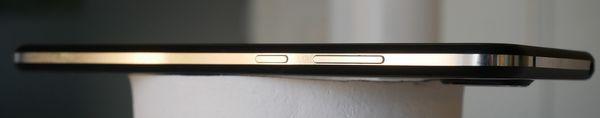 Nokia 8.1:n oikeassa kyljessä on äänenvoimakkuusnäppäimet sekä virtanäppäin.