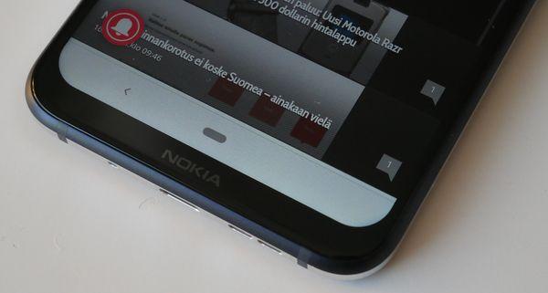 """Nokia 8.1:n näyttölovi on leveä, mutta alalaidan """"leuka"""" on melko ohut."""