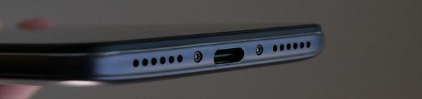 Laitteen alalaidassa sijaitsee USB-C-liitin.