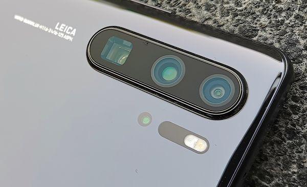 """Uusi periskooppikamera näyttäytyy P30 Prossa tavanomaisesta poikkeavana neliönmuotoisena """"tunnelina"""" puhelimen sisään kahden perinteisemmän kameralinssin rinnalla. Lisäksi LED-kuvausvalon alta löytyy vielä 3D ToF -kamera."""