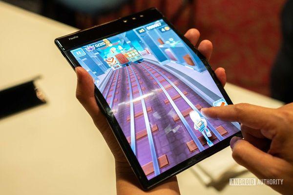 Auki taitettuna FlexPai voitaneen näytön koon puolesta luokitella tabletiksikin.
