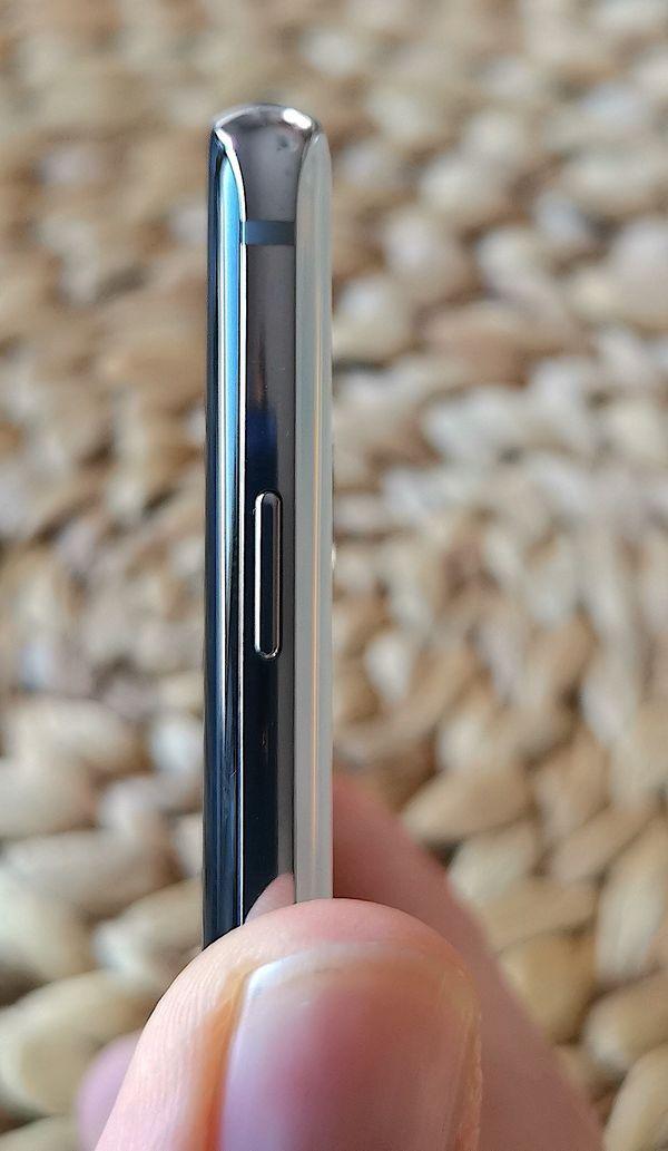 Galaxy S10+:n oikealta kyljeltä löytyvä virta/lukituspainike tuntuu sijoitetun hieman liian ylös. Kuvassa peukalo on siinä kohdassa, jossa itselläni se luontevasti puhelinta pidettäessä olisi. Lukituspainikkeen sijainti vaatii käytettäväksi erilaista otetta puhelimesta.