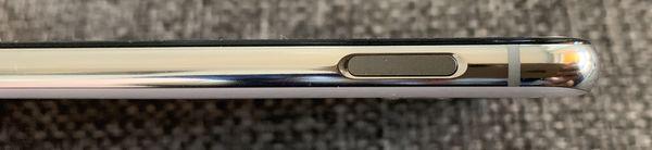 Galaxy S10e:n sormenjälkilukija löytyy kyljen virta/lukituspainikkeesta. Lukija toimii nopeasti ja varmasti.