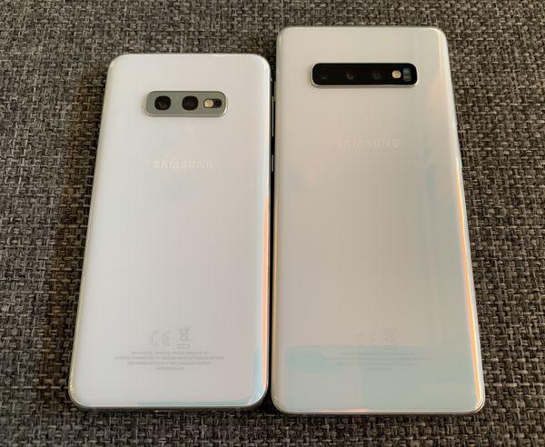 Galaxy S10e vs. Galaxy S10+ takaa. Yksi kamera vähemmän, ja lisäksi Galaxy S10e:stä puuttuu sykemittarin anturi.