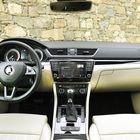 Kojelauta on simppeli ja elegantti. Laatuvaikutelma on erinomainen, työn jälki on huolellista ja tarkkaa. Materiaaleissa on havaittavissa ero parhaisiin VW Passat -versioihin verrattuna.