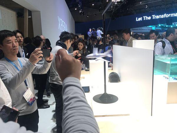 Sony esitteli älypuhelintensa uutta kameraa muun muassa ympyrää kiertävällä pienoislentokoneella, jonka liikkeen taltiointi onnistui Xperialla.